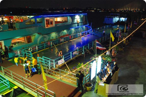 Tempat Masuk Bangkok River Cruise. Di Ujung Kanan Bawah adalah Meja Daftar Ulangnya (Photo By : Foodosophy)