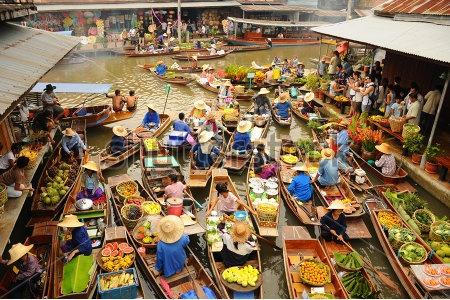 Amphawa Floating Market, April 2011 (Foto Diambil dari http://www.shutterstock.com)