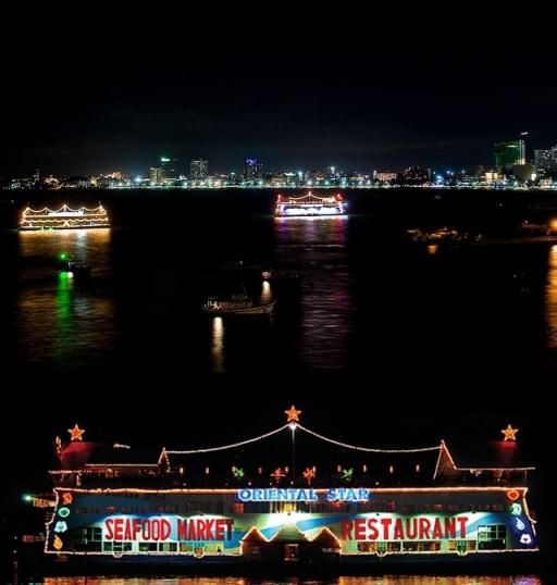 Restoran Terapung di Bali Hai Pier