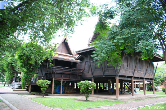 Bagian Depan Khun Phaen Residence
