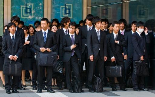 Para Pekerja Kantoran Jepang Sedang Menunggu Kereta (Photo By : Kobby Dagan)