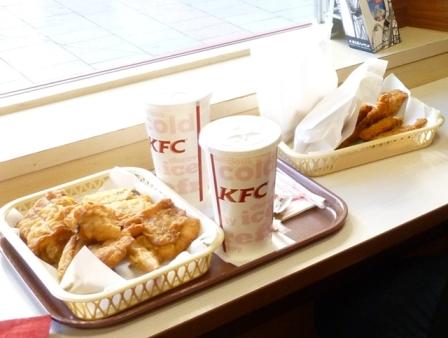 Di KFC Jepang ayamnya disajikan di keranjang plastik dan bukan di piring