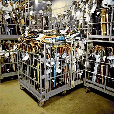 Payung-payung yang ketinggalan dan terdampar di gudang Lost & Found (photo by : globalsherpa