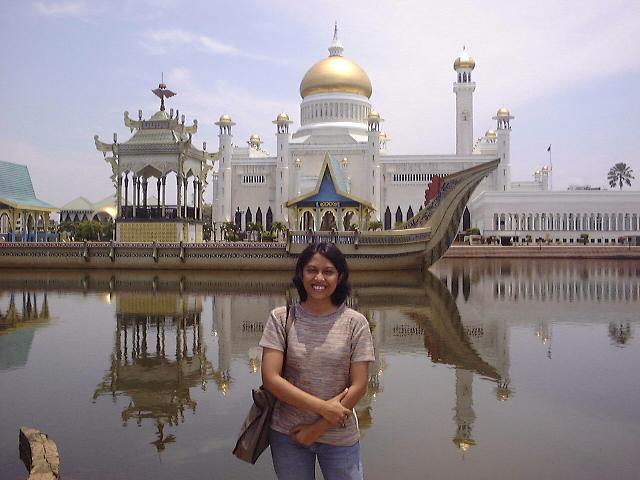 Berfoto di depan masjid Sultan Omar Ali Saiffudin Brunei Darussalam