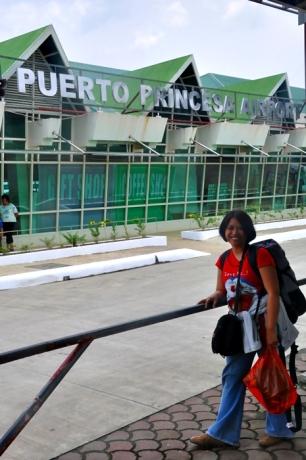 Berfoto Di Gerbang Depan Airport