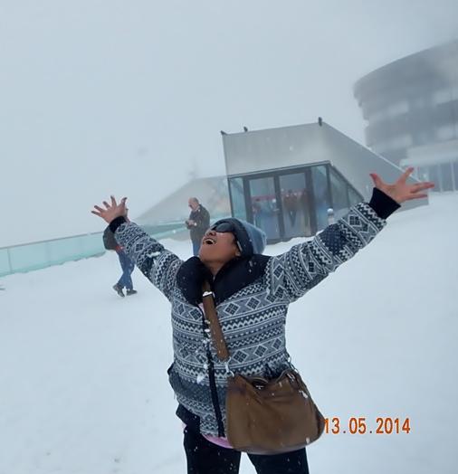 Ekspresi bahagia ibu saat melihat salju. Bila melihat kebahagiannya, terbayar sudah jerih payah kami membawanya ke Eropa)