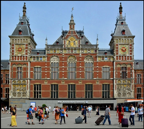 Bagian Depan Stasiun Amsterdam Centraal (Photo by : Martin Alberts)