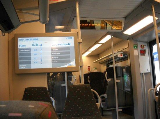 Di beberapa kereta terdapat layar petunjuk stasiun yang akan dan sudah dilalui