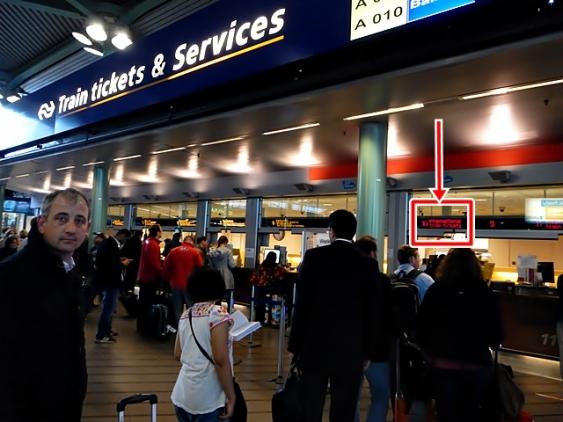 Garis Panah Merah menunjukkan loket tempat pemesanan tiket untuk kereta internasional