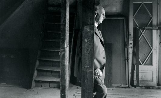 Otto Frank kembali ke rumah itu setelah perang usai. Foto ini diambil sebelum rumah itu secara resmi dijadikan museum. Entah apa perasaannya saat kembali kesini (Photo by : www.annefrank.org)