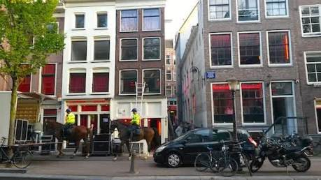 Polisi berpatroli di Red Light District (Photo by : amsterdamredlightdistricttour.com)