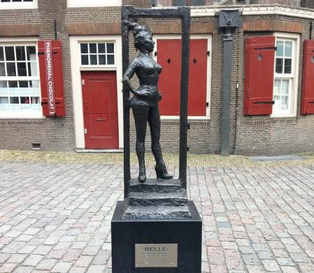 "Belle Statue di depan Oude Kerk ang bertuliskan ""Respect sex workers all over the world."" (Photo By : footstepsontheglobe.com)"