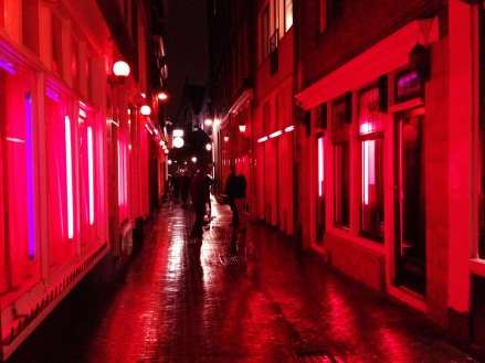 Salah satu sudut Red Light District (Photo By : thatdamguide.com)