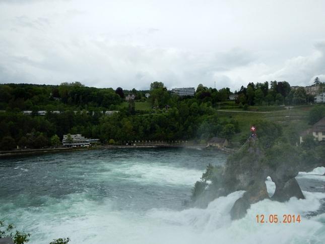 Pemandangan Rhine Falls dengan panggung batu di tengahnya