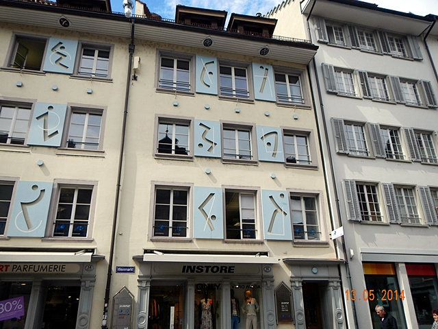 "Tulisan biru yang terbaca sebagai ""Weinmarkt"""