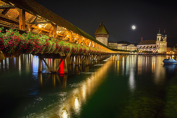 Pemandangan Chappel Bridge di waktu malam (Photo By : George Oze dari fineartamerica.com)
