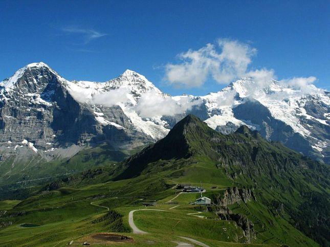Dari kiri ke kanan, Puncak Eiger, Monch dan Jungfrau (Photo by : Steinmann)