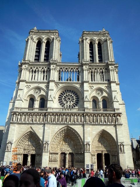 Bagian depan gereja Notre Dame dan ketiga pintunya