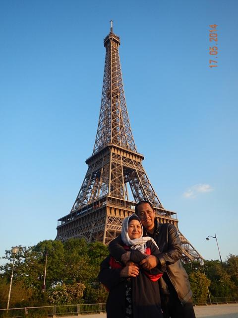 Bersama ibu di kaki menara Eiffel. Senyum di wajahnya begitu tak ternilai.