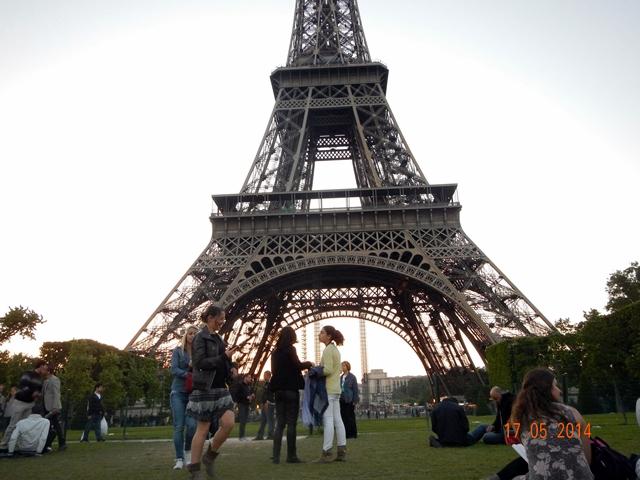 Suasana taman di bawah menara Eiffel