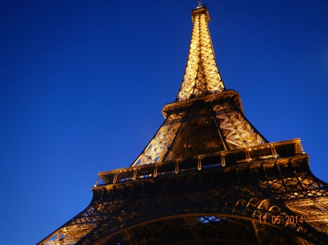 Menara Eiffel di waktu malam