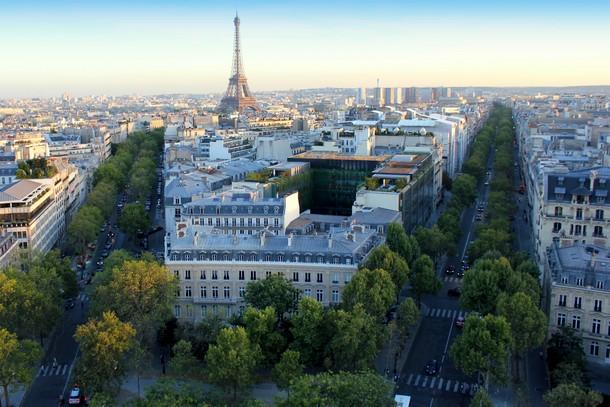 Salah satu pemandangan dari atas Arc de Triomphe (Photo by : TravelingCanucks.com)