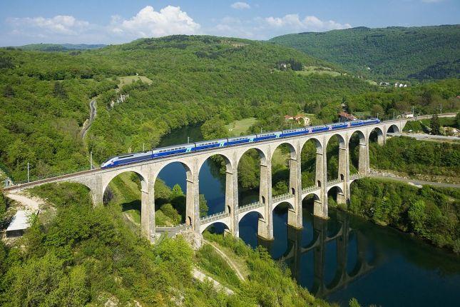 Pemandangan Viaduct ketika kereta TGV melintas diatasnya (Photo by : David Gubler)