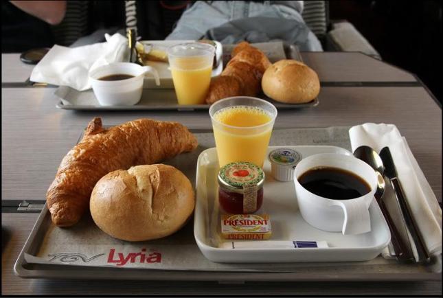 Breakfast untuk penumpang kelas 1 yang dibagikan (Photo by : dolphinairline.blogspot.co.id)